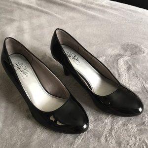 Life Stride classic shiny black pumps